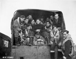 Aircrew of No. 433 (Porcupine) Squadron, RCAF, before taking off to raid Hagen, Germany, December 2, 1944 / Membres du 433e Escadron (Porcupine), ARC, avant de décoller pour mener un raid sur Hagen, Allemagne, 2 décembre 1944