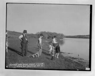 Men and children fishing, Valeport, Saskatchewan / Hommes et enfants en train de pêcher,  Valeport (Saskatchewan)