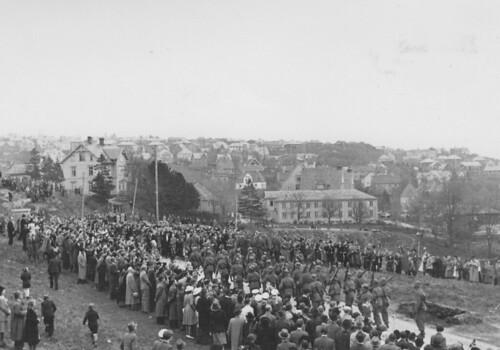 Polititroppene defilerer forbi Kristiansten Festning (1945)