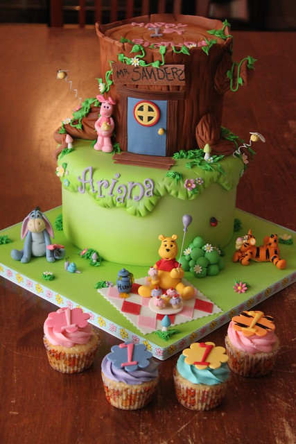 Winnie the Pooh and friends cake with matching cuppies