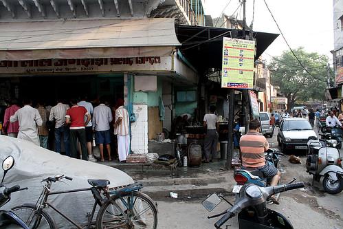 インドのデリーでラッシーでいつも行列のお店 | by kimama_labo