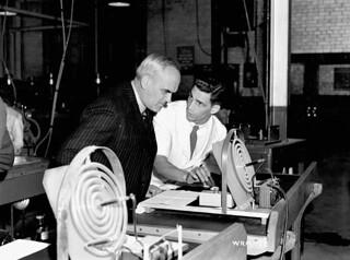 C.D. Howe watches a scientist test the curve of a lens, Instruments Division, Canadian Arsenals Ltd. / C.D. Howe observe un scientifique qui vérifie la courbure d'une lentille, Division des instruments, Arsenaux canadiens Ltée