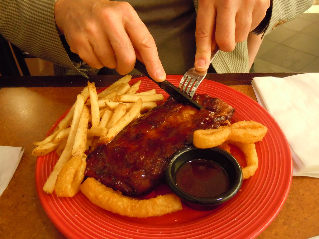 Eating Lunch at T.G.I.Friday's in ATL Airport - Using Plastic Knife