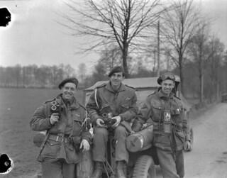 Photographers of the Canadian Army Film and Photo Unit attached to the 1st Canadian Parachute Battalion / Des photographes de l'Unité de film et de photo de l'Armée canadienne affectés au 1er Bataillon canadien de parachutistes