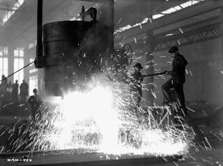 Workmen tapping molten steel from ladle into ingot forms at Sorel Steel plant. / À l'aciérie de Sorel, des ouvriers versent de l'acier en fusion de la poche de coulée dans des moules à lingots