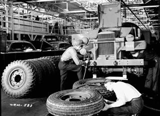 Workmen assemble universal carriers (army vehicles) on the assembly line at the Ford Motor Co. / Des ouvriers assemblent des chenillettes universelles (véhicules militaires) sur la chaîne de montage de l'usine Ford
