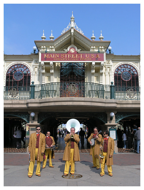Disneyland Paris - band at the entrance
