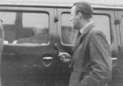 Viktig person eskorteres i bil? (1945)