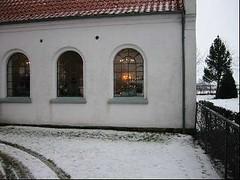 Sydsiden af Ingelstrup kapel i vintervejr