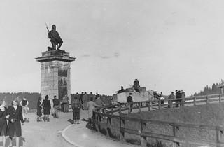 Tysk stridsvogn ved statuen av den knelende soldat i Eidsvoll (1945)