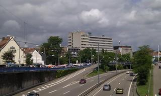 20100612_-_Mobile_City_Walk_Saarbruecken_013_-_Stadtautobahn_Flohmarkt_und_Mobilfunkantennen