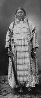 A studio portrait of a Dakota (Sioux) woman, Manitoba, 1909. / Portrait de studio d'une femme Dakota (Sioux), Manitoba, 1909.