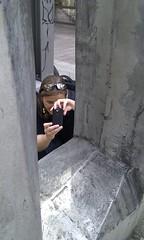 20100612_-_Mobile_City_Walk_Saarbruecken_097_-_Bahnhofstrasse_-_Kunstwerk_und_Bianca_auf_Fotojagd