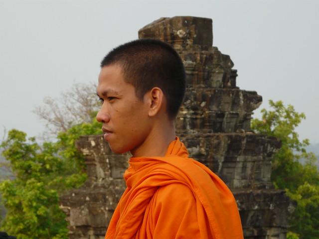 Monje budista camboyano en uno de los templos de Angkor