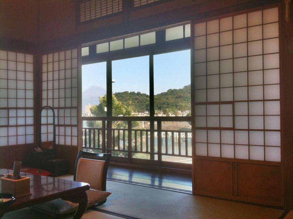 部屋の中から見た富士山