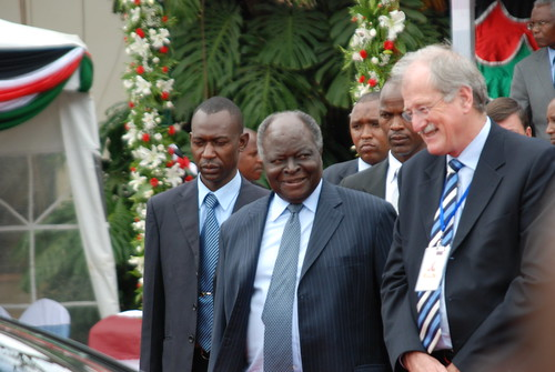 Nov/2010 - His Excellency Mwai Kibaki, president of Kenya, with Carlos Seré, ILRI director general, during the official opening of the BecA Hub on 5 Nov 2010  (photo credit: ILRI/Njuguna).