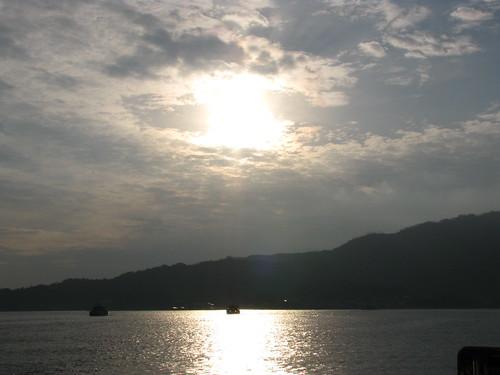light cloud japan ferry port sunrise dawn harbor lumière miyajima 日本 nuage 雲 reflexion reflets japon leverdesoleil 光 港 aube 宮島 フェリー 暁 朝日 反射