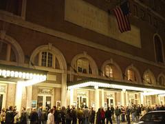 土, 2010-10-23 19:46 - The Richard Thompson Band at Town Hall (123 W 43rd St) 8時開演長蛇の列。ポスターはないけど