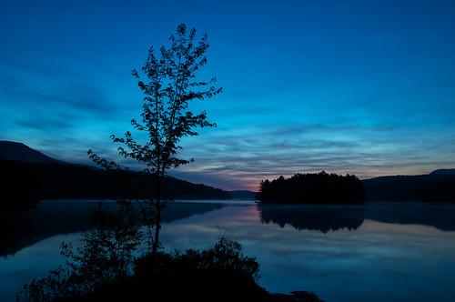 sunset canada reflection water evening nikon eau quebec lac sigma peaceful bluehour contrejour coucherdesoleil orford étang d300 sigma1020mm parcnationaldumontorford treeblue parcsquébec étangauxcerises