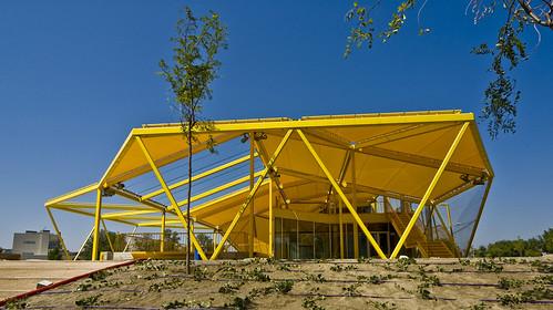 plaza ecopolis - espacio público superior cubierto área cafetería | by ecosistema urbano