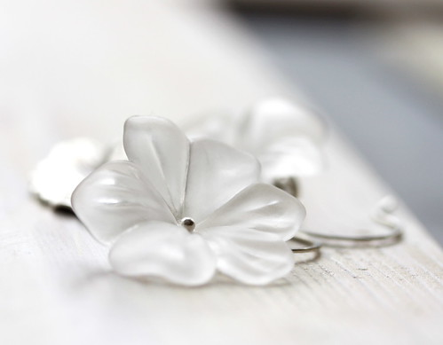 White flower, silver leaf earrings | by zsbekefi