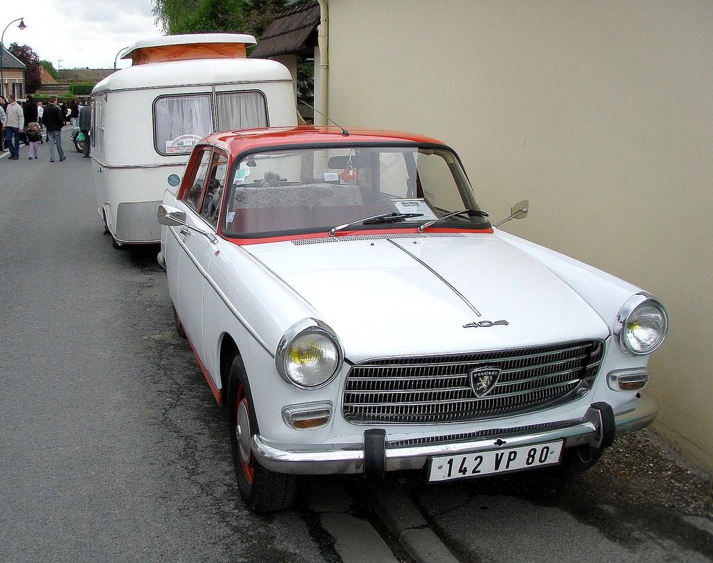 Peugeot 404 avec caravane