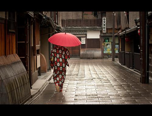 street old city morning travel portrait people woman rain japan umbrella sunrise photography nikon kyoto cityscape tokina maiko geisha 京都 日本 gion kansai 535 gp1 50135 d300s