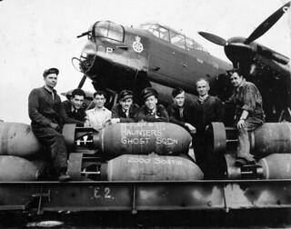 Air and ground crew of No. 428 (Ghost) Squadron, RCAF, with an Avro Lancaster aircraft, England, August 18, 1944 / L'équipage et le personnel de piste du 428e Escadron (Ghost), ARC, posant avec un aéronef Avro Lancaster, Angleterre, 18 août 1944