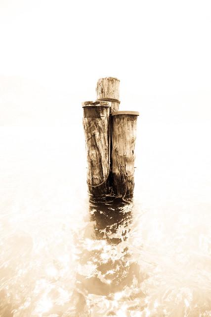 Pfähle im Gardasee