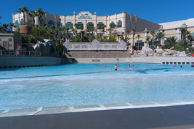 @ mandalay bay beach / wave pool