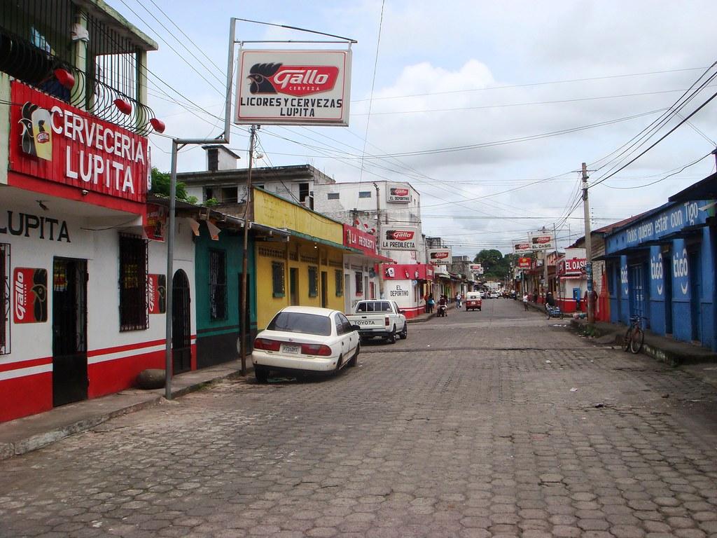 Bar De Putas retalhuleu (retalhuleu) - calle con un montón de cantinas