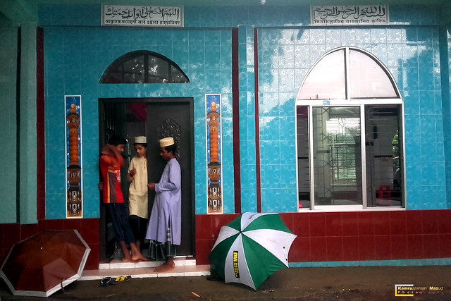 A rainy day in front of mosque