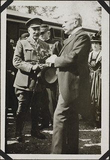 Sir Robert Borden (right), with Col Georges Beauchamp, Joinville-le-Pont, France, July 3, 1918 / Sir Robert Borden (à droite), en compagnie du col Georges Beauchamp, Joinville-le-Pont, France, 3 juillet 1918