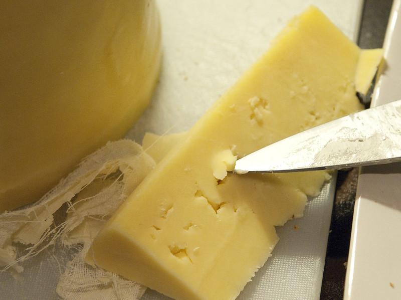 fromage à pâte dure coupé avec un couteau