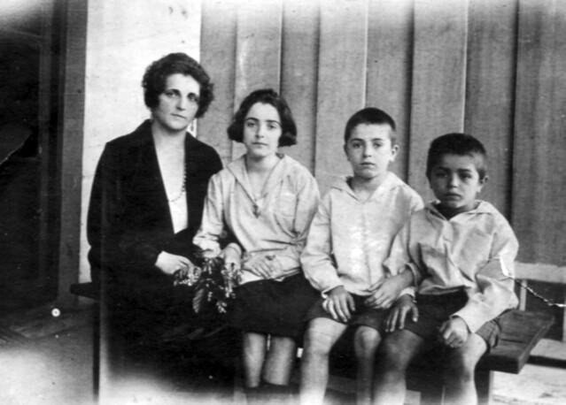 С тремя детьми