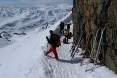 Za převějí sundáváme lyže a opíráme je o skálu tak, aby vlhké pásy vysoušelo sluníčko.