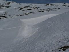 Dobrý sníh byl ukrytý v zákrytu za dlouhou převějí, tohle je jen její konec.