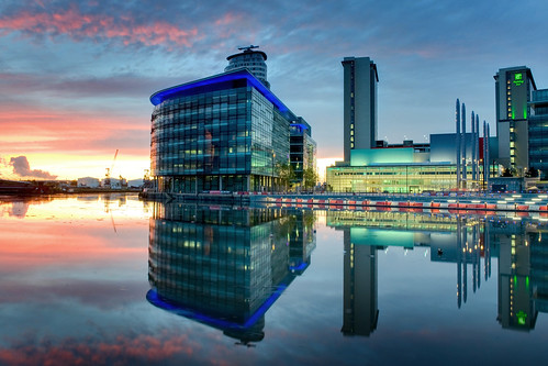 sunset reflections manchester salfordquays bbc holidayinn salford quays vanal sundaynight manchestershipcanal bracey mediacity thisisnothdr andybracey lifeinsevenpages theweekendstopshere greatendtoarainyday pinkandbluewithahintofgreen