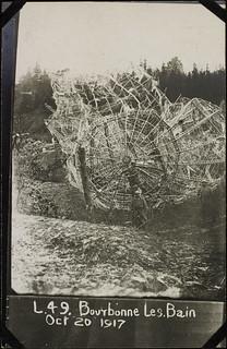 Zeppelin, which fell at Bourbonne les Bain. It caught fire after descending / Zeppelin, qui est tombé à Bourbonne-les-Bains. Il a pris feu en tombant