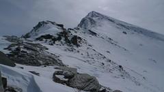 Stojíme na začátku úseku, kde se bude střídat skála, kamení a nestabilní sníh.