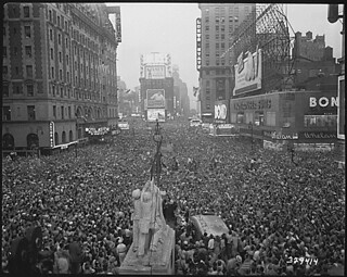 V-J Day in New York City. Crowds gather in Times Square to celebrate the surrender of Japan., 08/15/1945 | by The U.S. National Archives