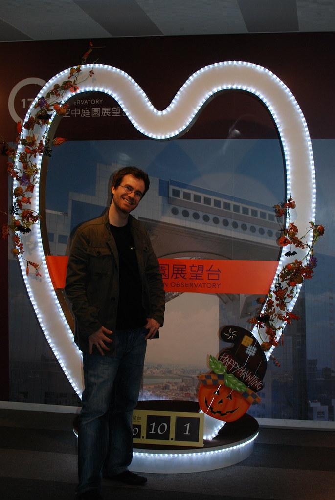 Pablo delante de un enorme corazón en Celeste Tower *grin*
