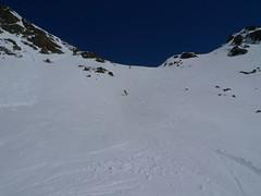 Nahoře je tvrdý sníh, který nepovolí a drží na něm hrany.
