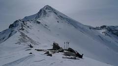 …zase se začalo zatahovat. Cesta po hřebeni byla jedinou možností jak bezpečně nahoru. Jít na lyžích strmým svahem pokrytým navátým sněhem by byla sebevražda.