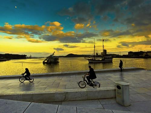 oslo noruega norway operahouse azulyamarillo blueandyellow moon luna bicicletas bicycle boats sunset crepúsculos cielo sky fiordo fiord