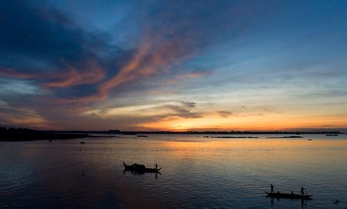 clouds sunrise river cambodia kambodscha sonnenaufgang mekong tonlesap flus phompenh nikond90 bootwolken