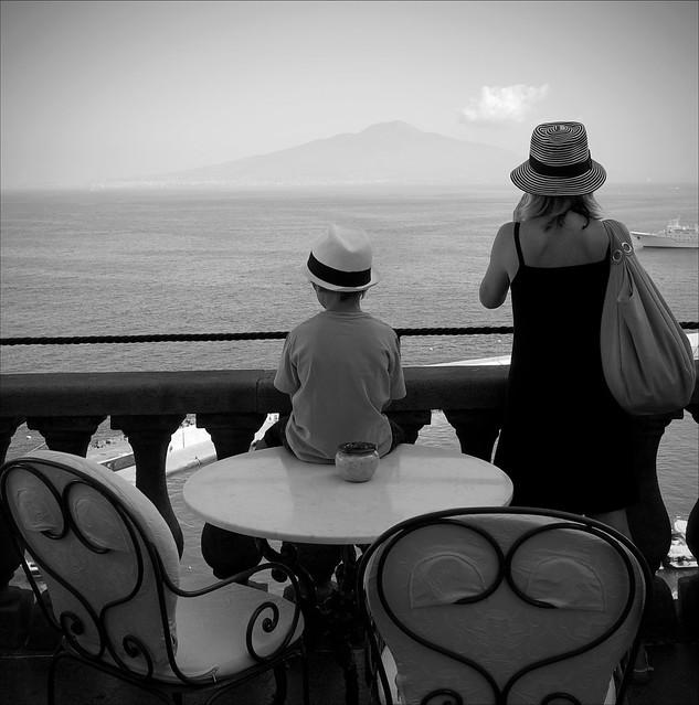 Le nouveau Caruso, il attend la bonne inspiration devant le gulfe de Naples et le Vesuve