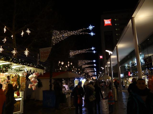 Weihnachten in Dresden  gab mir einen Kummer, gab mir eine Qual, die tief am Leben naget, das längst schon geht zu Tal. Man gab mir die Gewißheit, mein Streben sei verkannt, und ich ein armer Fremdling in meinem Vaterland 00955