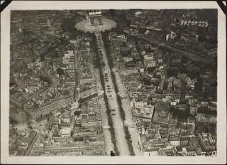 Aerial view of the Arc de Triomphe and the Champs-Élysées, Paris, France / Vue aérienne de l'Arc de triomphe et des Champs-Élysées, Paris, France