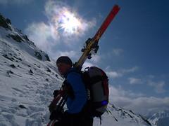 Poslední úsek musíme jít bez lyží, sněhu je málo.